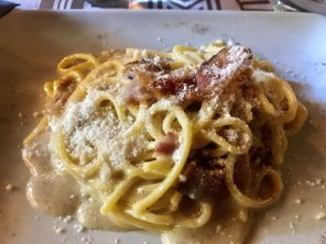 Tonnarelli ala gricia (pasta with pecorino cheese and bacon)